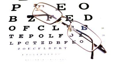 lunettes et tableau de lecture